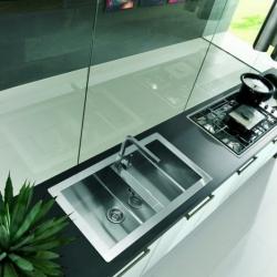 Esempio piano cucina con parete in vetro
