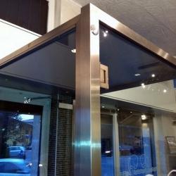 Pensilina interna con struttura in acciaio e vetro di sicurezza