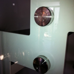 Parapetto in vetro su scala restaurata - dettaglio 2