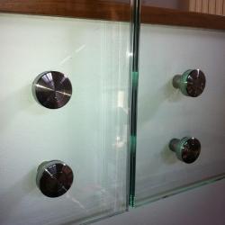 Parapetto in vetro su scala restaurata - dettaglio