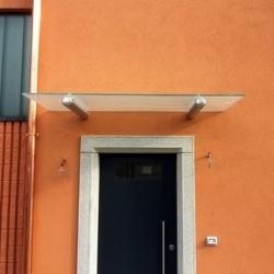 Pensilina in vetro su tubolari affogati in facciata